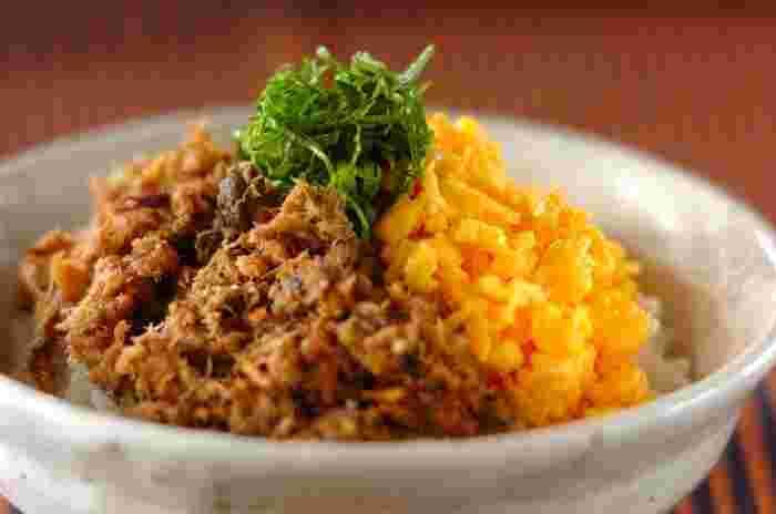 お肉の代わりに「サバ缶」を汁ごと使ったそぼろ丼のレシピ。醤油や酒、みりんなどの調味料で甘辛く味付けをして、そぼろ状のたまごと一緒にあつあつのご飯にのっけて完成。大葉を盛るとさらに美味しく、彩りがよくなります。サバのそぼろは作り置きもできます。お弁当にもいいですね。