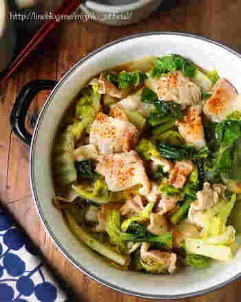 シンプル。だからこそ旨味が引き立つ!そう思わせてくれる絶品鍋のレシピです。ポイントは重ねていく時に白菜の芯部分を一番下にすること。味見をして白菜の水分が出過ぎだと感じたらお塩で整えること。お好みで一味唐辛子をどうぞ。