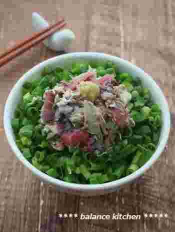 さば缶を使ったとっても簡単な丼レシピ。薬味のねぎをたっぷりのせたら彩り鮮やか!梅のさっぱりとした酸味が口に広がり、暑い日にはぴったりですね。トッピングにわさびを加えるとピリッと味が引き締まります。