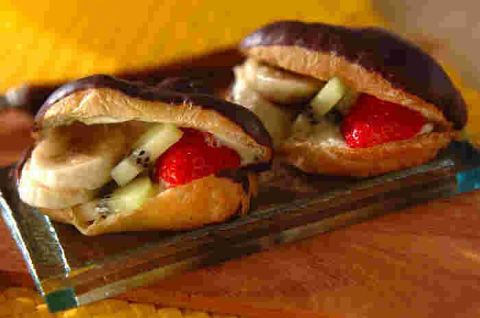 生クリームだけでなく、カスタードも合うフルーツサンド。ということは、市販のエクレアをパンの代わりに使うのもアイデア。エクレアに切り込みを入れ、お好みでクリームの量を調整して、フルーツをはさみます。