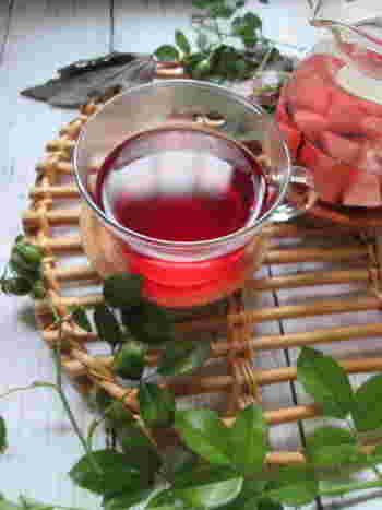 ローズヒップには、トマトと同じリコピンが含まれています。ちょっと酸っぱい味はこれからの時期にぴったり。  ローズヒップの赤い色がきれいなフルーツハーブティー。桃とハイビスカスとローズヒップのフルーティーな味わいです。