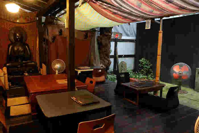 """お店に入ると『農民カフェ』というコンセプトが前面に伝わってくる古民家のような雰囲気が広がります。テーブル席の他に畳、テラス、冬には""""コタツ""""も出るなど、おばあちゃんの家に帰ってきたような安心感のある店内です。"""