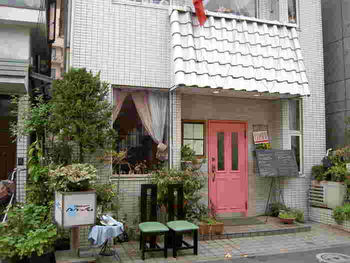 上野桜木エリアは東京芸術大学が近く、音楽家が集まる街でもあります。「pepe le moko(ペペ・ル・モコ)」は、そんなミュージシャンたちにも愛されるフレンチレストラン。1986年創業の歴史あるお店には、昔から通う常連さんも多いんだとか。