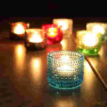 「キャンドルリレー」は、キャンドルの火でリレーをすること。会場を暗くしてから、最初の火は新郎新婦で灯し、それを参列者にリレーしてもらいます。「キャンドルの数だけ天使が舞い降り、幸せになれる」というとってもロマンチックな由来があるんですよ♩