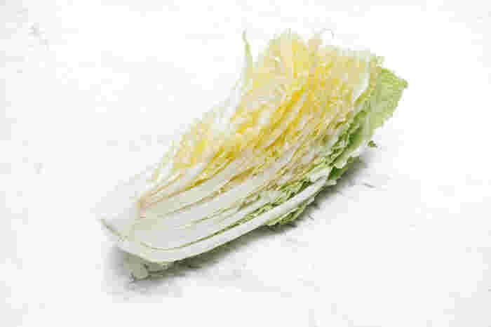 おいしい白菜を選ぶには、丸ごとであれば手に持って重みのあるものを。カットされているものは、断面がふくらんでいないもので、白いものが新鮮です。