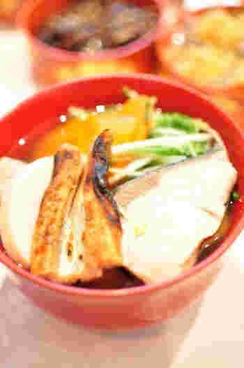 広島県の尾道や兵庫県では、お雑煮に焼き穴子をたっぷり入れるのが特徴。焼き穴子の香ばしさとうまみがお口の中いっぱいに広がります。また、広島ではブリを入れるのも一般的で、一方、神戸では穴子に鶏を合わせるそうです。どちらも贅沢な味わいのお雑煮です。
