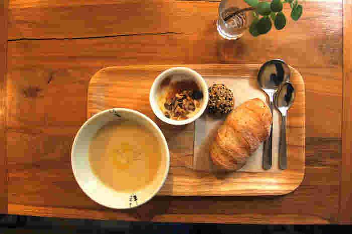 8時からいただけるモーニングもおすすめ。ハーフサイズのスープとパンに、ヨーグルトとおまけがついています。元気がチャージできるぽかぽかスープとあつあつパンは、1日の活力にぴったりです。