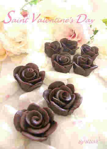 レトロで可愛いお菓子に欠かせない、薔薇を象ったチョコレート。粘土細工のようで意外に簡単、作るのも楽しい♪バレンタインやクリスマスケーキのデコレーションにも◎
