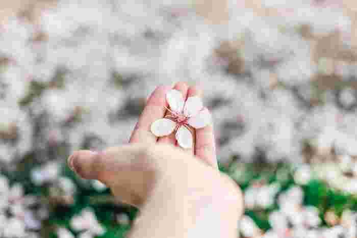 油分多めのバームなら、手にもとてもなじませやすいですよ。 香り付きのものなら、手になじませるたびに自然な香りが楽しめますね♪  日差しが気になる日は、日焼け止めも上から塗っておくと安心。  爪の縦じまやささくれが気になる場合にもバームが大活躍します。 少しだけバームを爪周辺にのせ、優しくマッサージすると結構も改善されやすくなります。