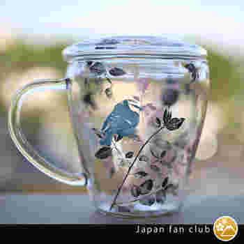 こちらも茶漉しがセットになっているマグカップです。プラスティック製の茶漉しはティーバッグのように細かな網の目です。華やかなデザイン展開があるから、お気に入りを探したい。