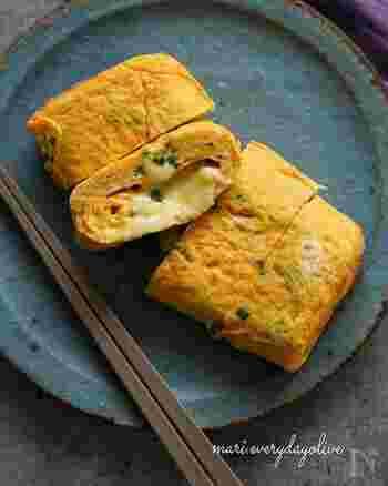 ■白だし×シュレッドチーズ、スライスチーズ  甘い出汁巻卵の真ん中にチーズを入れたお弁当にもおすすめのひと品です。スライスチーズとシュレッドチーズを丸めて、卵焼きの芯にしてから、焼き始めます。慣れないうちは、スライスチーズとシュレッドチーズを丸めたものを冷蔵庫でしっかり冷やしておくと、芯が崩れず、きれいに巻き付けられます。  白だしと砂糖で調味した出汁巻卵にチーズのコクがよく合っています。