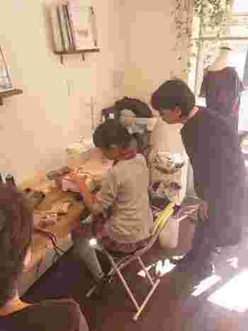 こんなふうにみなさんハンドメイドをたのしんでいるそう。女性オーナーのneneさんは、作業後の片づけや食事の支度などを気にせずに、創作に没頭できる空間があれば、とお母様とともにミシンカフェを開かれたそう。