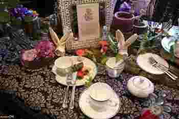 フラワー×オブジェのテーブルデコレーションが可愛らしいコーディネート。  ウサギの耳型に折られたナプキンがアクセントに効いています。