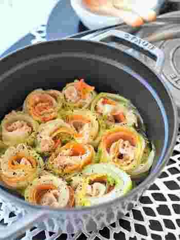 白菜や大根、ニンジンで豚バラ肉を巻いて、お鍋に詰めてコンソメスープで煮れば、渦巻きが可愛い煮込み料理が出来上がり。普段使いの野菜も、形を変えれば楽しくなりますね。大根やニンジンは、ピーラーで薄くスライスすれば楽々簡単です。加熱すると水分が出て小さくなるので、最初にお鍋にはギュウギュウに詰め込んでも大丈夫。