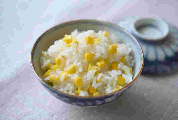 新鮮なとうもろこしが手に入ったら、おすすめなのが「とうもろこしご飯」。実を切り落としてから炊飯器に加えて、お米と一緒に炊き上げます。味付けは塩でシンプルですが、とうもろこしの甘さが引き立ったごはんに仕上がります。しっかりと塩気がきいているため、そのままおにぎりにしても美味しくいただけますよ。