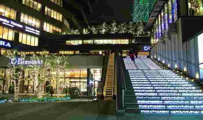 光り輝く階段は、闇と灯りが織りなす幻想的な世界が広がるスカイアリーナへの誘導口です。