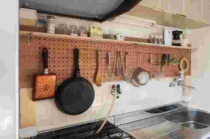 有孔ボードと組み合わせて、壁一面を収納スペースにすることもできます。 有孔ボードなら、好きな場所にフックもかけれますし、棚を別の場所に移動させたいときにも便利です。