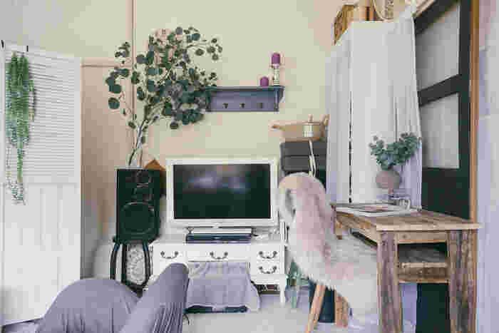 背が高い大きめの家具にはトップの部分から白い布をつけてカーテンのようにして使うと、すっきりと見せることができます。縦のラインを意識しながら布をつけるようにすると、きれいに見えます。