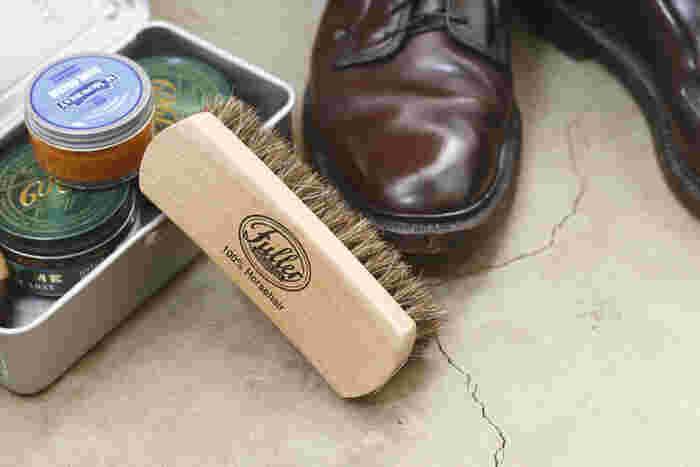 革靴はまずはシューズブラシで汚れやホコリを落とします。その後、クリーナーで汚れを落とし、オイルを塗り込みます。 このシューズブラシはツヤ出しブラシとしても便利なアイテム。スニーカーなど他の靴にももちろん使えますよ。