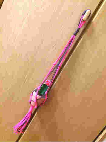 今、人気のプラントハンガーも作れちゃいます。 太目の毛糸を選べば、ロープなどを手で結びながら幾何学的な模様を作る、マクラメ編みも簡単にできますよ。