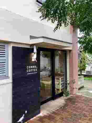 西武池袋線のひばりが丘駅から歩いて20分のひばりが丘団地にある「COMMA,COFFEE(コンマ,コーヒー)」。駅から離れているにも関わらず人気なのは、焼きたての「カステラパンケーキ」がいただけるお店だから。