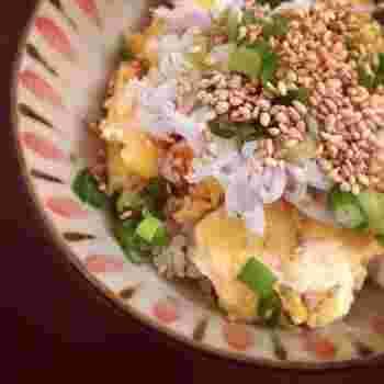 卵の味を楽しむシンプルなレシピです。半熟の状態でごはんにのせるので、フライパンの火を止めるタイミングでは、まだトロッとしていて構いません。余熱で少し火が通って、ちょうど半熟卵のふんわりしたできあがりになります。