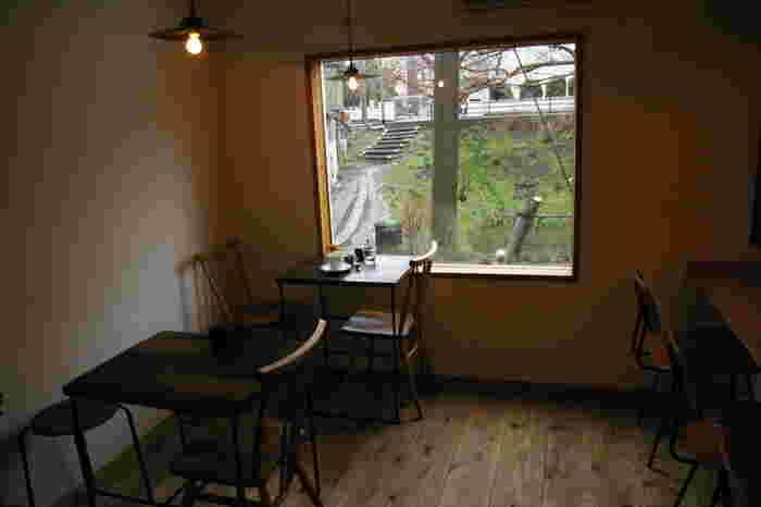 四季の移り変わりを感じられる大きな窓は、さながら絵画のよう。街の喧騒から解き放たれる、非日常な空間です。