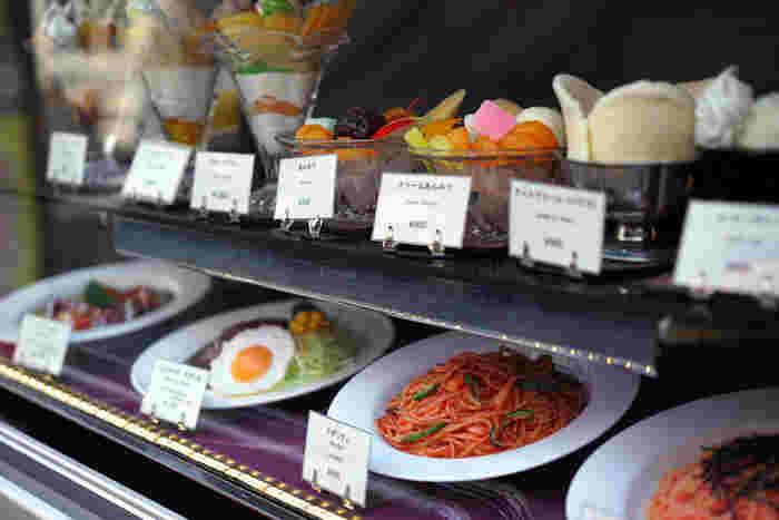 """また「上野」は、歴史ある""""盛り場""""です。 エリア周辺やJR上野、御徒町駅界隈には、古くから愛顧を受けてきた甘味店や喫茶店が数多く点在しています。 【懐かしのメニューが並ぶ『コーヒーショップギャラン』のショーケース。)】"""
