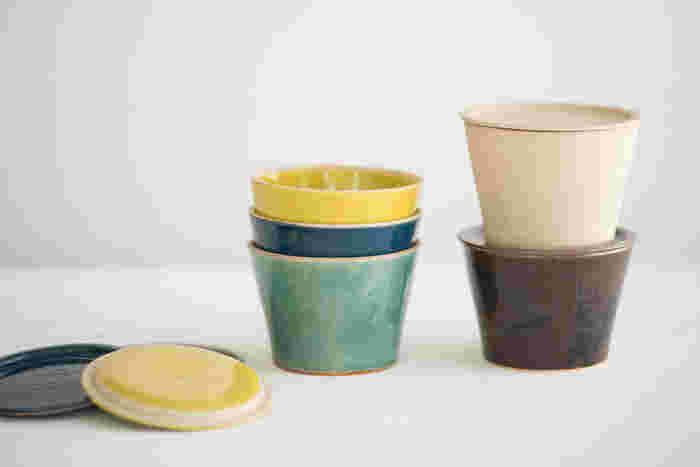 長野県上田市の陶芸家阿部春弥さんがデザインを監修、愛知県瀬戸市のメーカー、窯元、わざわざの4つが協力して作ったオリジナルのバターケースです。バターを入れるのはもちろん、おかずやお漬物を入れて食卓にそのまま出せるので便利です。フタ付きなので重ねて置いておくこともでき、何かと重宝しそう。