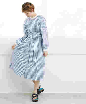ウエストのリボンやミディ丈スカートが、レディ感抜群のストライプワンピース。一枚でサラリと着こなせば、大人のガーリーコーデを簡単に楽しめます。もちろんパンツと合わせたり羽織として使ったり、ナチュラルな着こなしにも活用できますよ。