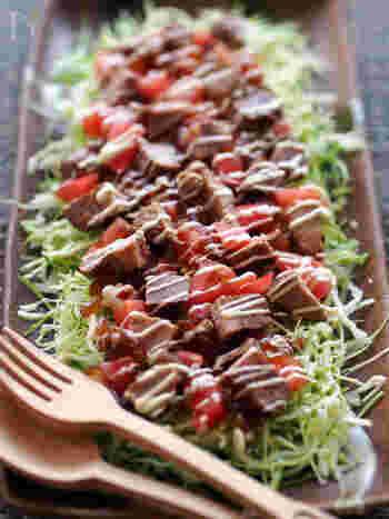 """お肉の入ったサラダは、ボリュームがあって満足感のある""""ご馳走サラダ""""に。甘辛いたれとマヨネーズのコンビネーションは最高です。お子さんにも喜ばれそう!"""