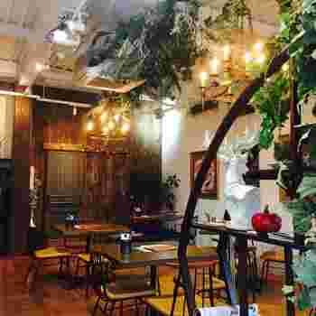 天井が高い店内は、古材が多く使われていて居心地の良い雰囲気。グリーンに囲まれながらリラックスできそうですね。