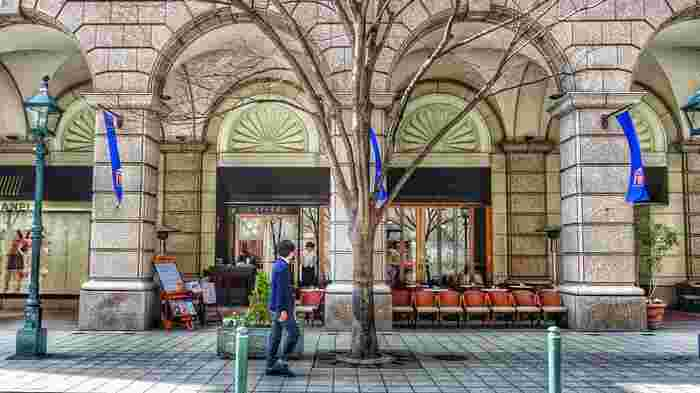 来日した外国人の仕事場となっていたのが旧居留地です。その美しい街並みは当時「東洋一美しい居留地」と讃えられました。  住宅地であった北野がどこか温かい雰囲気なのに対して、仕事場であった旧居留地は洗練された雰囲気が漂っています。クラシカルな雰囲気の近代建築の他、高級ブランド店のブティックや海外のショップなどが立ち並び、パリやミラノのような街並みです。