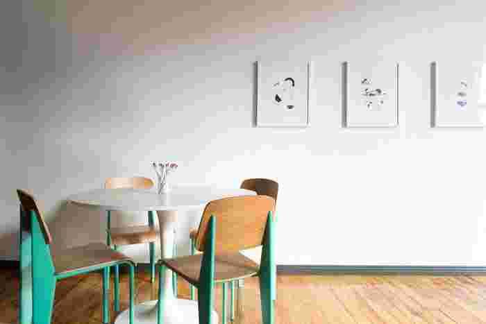 こちらは木製アイテム×グリーンのダイニング空間。 余計な装飾がなく、すっきりとした空間づくりが実現していますね。