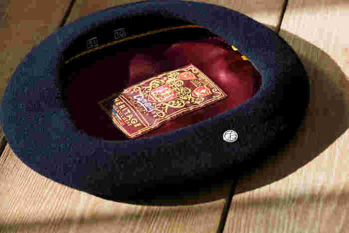 「ロレール」のベレー内部には、フランスで織り上げられたブランドを象徴する紋章と、ロゴピンが。