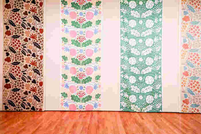 2006年にマリメッコを定年退職するまで、石本さんは約400ものパターンを制作しました。  マリメッコといえば、1964年発表の、大ぶりな花柄のデザイン「ウニッコ(UNIKKO)」が代表的ですが、石本さんはまた異なるスタイルを確立し、1970~80年代のマリメッコの人気を後押しします。