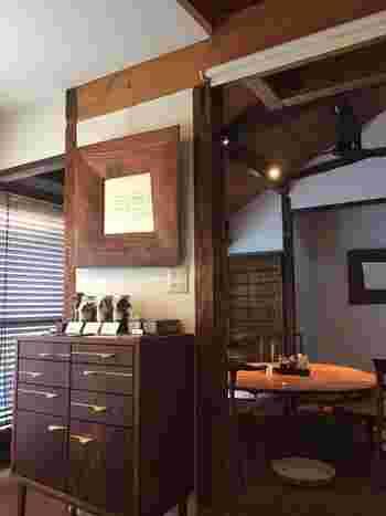 江戸時代の古民家をリノベーションしたシックな空間。鎌倉では数多くの名店を手掛けた空間デザイン事務所ATTAが店舗デザインを担当し、独特のフォルムが美しいKOMAの家具を使用しています。
