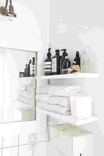 こちらは、セリアの小さなゴミ箱を洗面所の棚に置いています。水回りに置くゴミ箱は、プラスチックなど拭きやすい素材を選ぶと◎蓋付きのシンプルなデザインなのでゴミ箱に見えず、空間に馴染んでいますね。