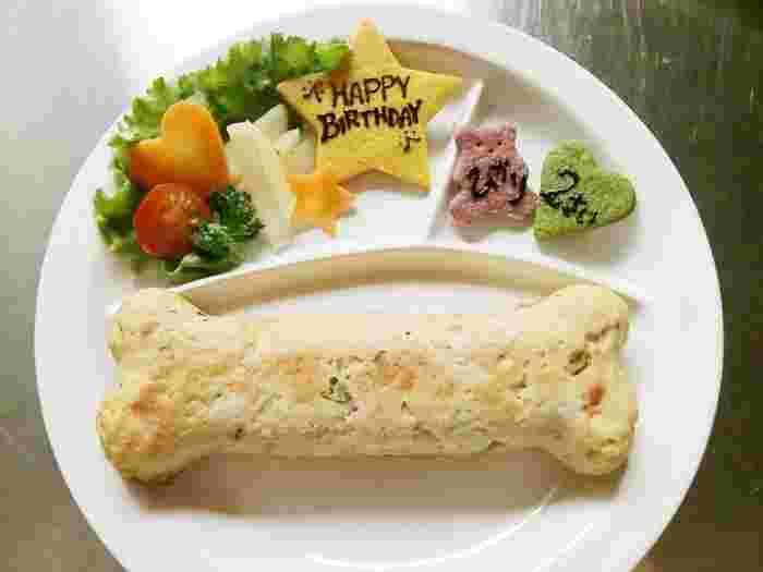 アンディカフェでは、ドッグメニューが用意されています。骨の形になったミートケーキや、誕生日にぴったりのアニバーサリーケーキなどがあります。こうしたメニューで、誕生日や特別な日をわんちゃんと一緒にお祝いしたいですね。