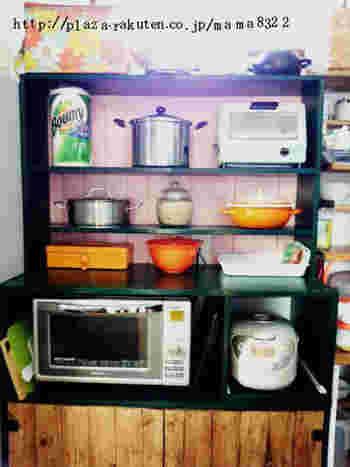 食器棚の背板をピンクに、枠組みをダークグリーンに塗って、オリジナルの食器棚に!ツートーンで配色を楽しむのもペイントならでは。