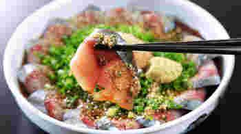 福岡の郷土料理に、新鮮なサバの刺身をゴマだれに漬け込んだ「胡麻サバ」という料理があります。定食でも、おつまみとしても有能な万能選手。サバは九州以外では刺身で手に入りにくいのですが、アジ、ブリなどの青魚でもOKですし、タイ、サーモン、マグロなど他の定番刺身でも作れます。大皿にきれいに並べて盛りつければ、おもてなし料理にもなりますよ。