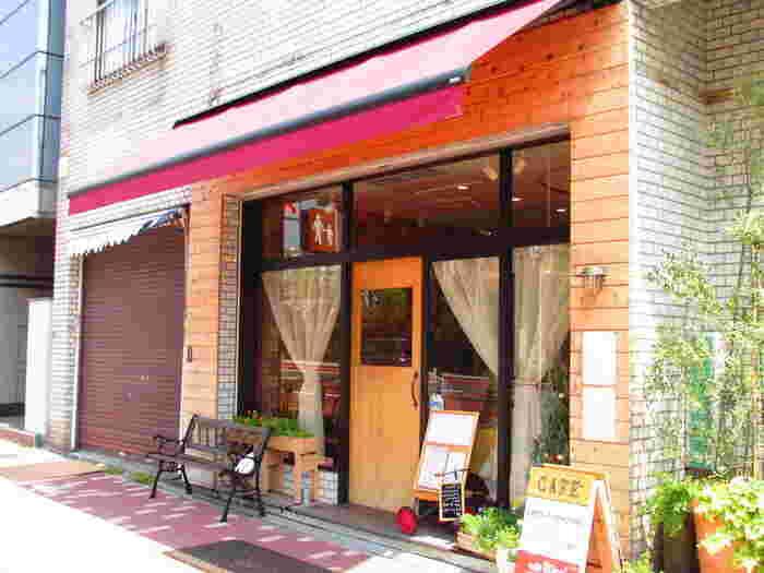 永代橋の袂にある癒しのカフェ「 Rico+(リコプラス)」。 「自分達の出来ることをていねいに行い「おかえりなさい」とむかえられるような空間にしたい」との想いでお店を切り盛りする店主の人柄が伝わってくるような居心地の良いお店です。