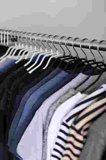 旦那様の衣類は黒いハンガー、奥様の衣類は白いハンガーというように色分けしてみると、さっと見ただけでどこからが誰の衣類なのか一目瞭然。