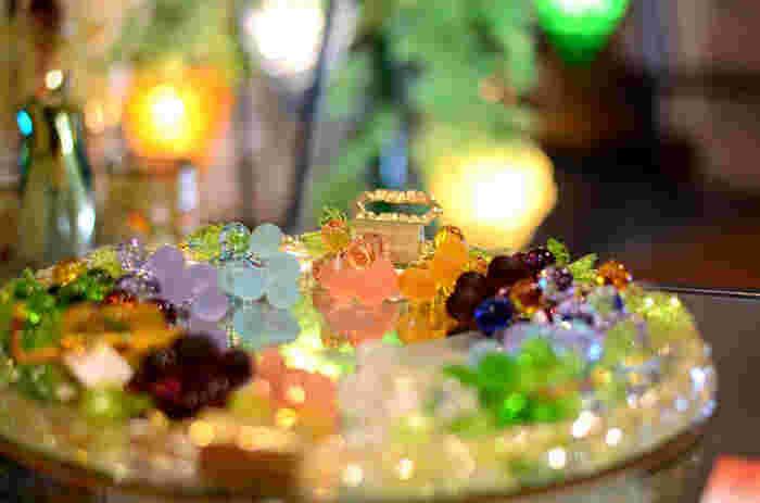 ガラス好きなら、種類豊富にガラス製品が並ぶ「ミュージアムショップ」へ行ってみましょう。  食器や小物、アクセサリーや雑貨、オーナメント等など、様々なガラス製のアイテムが揃っています。工房では、サンドブラストによるグラス作りや、フュージングのオリジナルアクセサリー作りも体験できます 【画像は、館内のショップで販売されているガラス製のアクセサリー。】