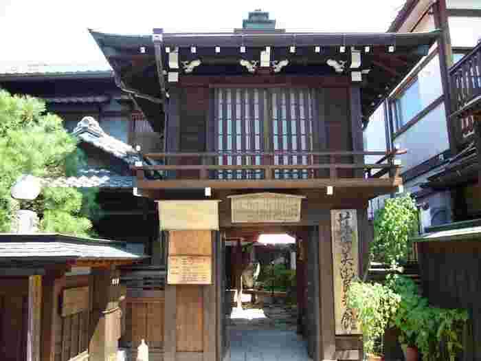 高山城二の丸の登城門を模した風情ある門構えをした藤井民芸美術館には、安土桃山時代から伝わる古美術品などが約2500点が展示されています。特に、270年以上も前に作られた享保雛、「一休さん」でおなじみの一休禅師の掛け軸などは必見です。
