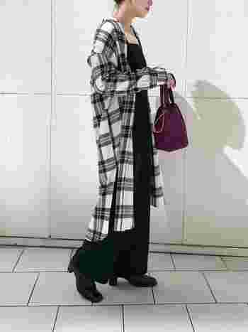 チェック柄ワンピースを、抜き襟風に首元を後ろに引いてラフに羽織ることで、大人っぽい着こなしができます。  パープルの巾着バッグをアクセントにすれば、シックかつ華やかなコーデに。