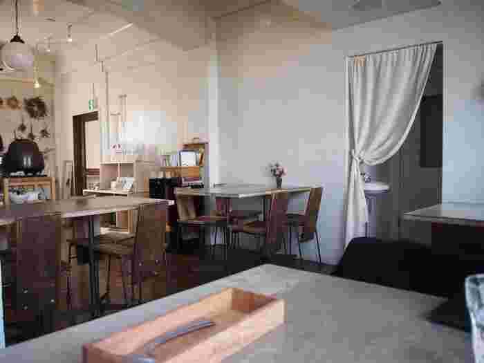 店内には、白い壁と味のある木製のテーブル&チェアが。木のぬくもりが漂う、落ち着く空間が広がっています。