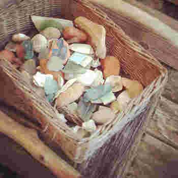 シーグラスは、浜辺や大きな湖の湖畔で見つけることができます。たとえばこんな風に海の砂浜など、砂利に混じってシーグラスが落ちているんです。