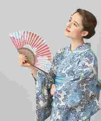 うちわとともに、昔から涼をとるための道具として親しまれてきた「扇子」。浴衣生地を使用した『KAGUWA』のおしゃれな扇子は、伝統的な菊の模様と上品な色合いが女性らしい雰囲気です。お家の中での使用はもちろんのこと、同柄の収納袋が付いているので、夏祭りや旅行など様々なシーンで活躍します。