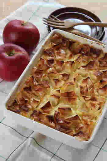 バットに、カットしたリンゴと、カスタード生地を流し入れて焼くだけの簡単なケーキですが、トロトロのカスタードが絶品。アツアツはもちろん、冷えると一味違った味わいになるということで、一皿で2度楽しめちゃいますね。